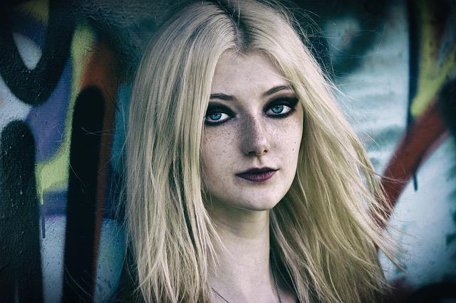 portrét pihaté dívk s výrazným makeupem