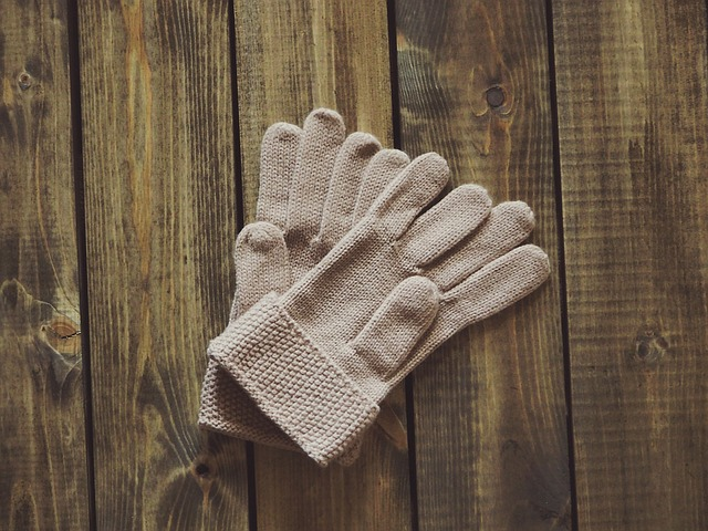 béžové pletené rukavice