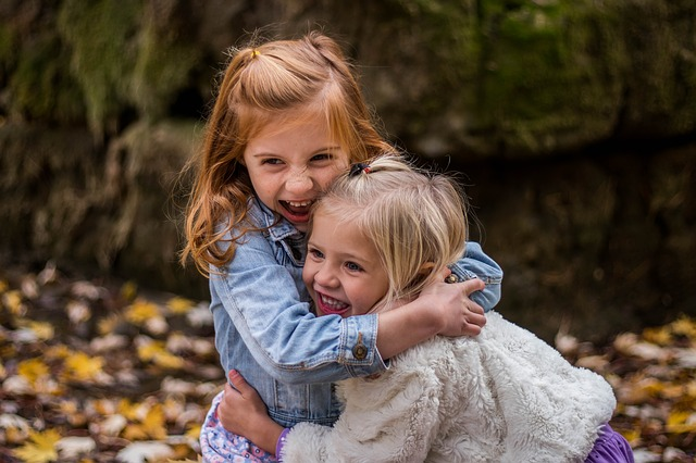 holčičky v objetí