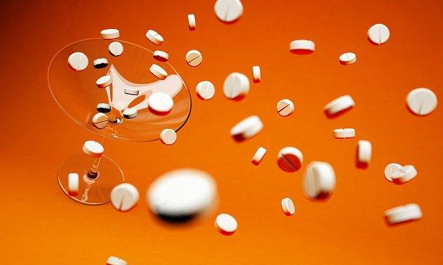 tablety v koktejlu