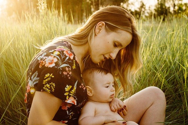matka s dítětem v trávě