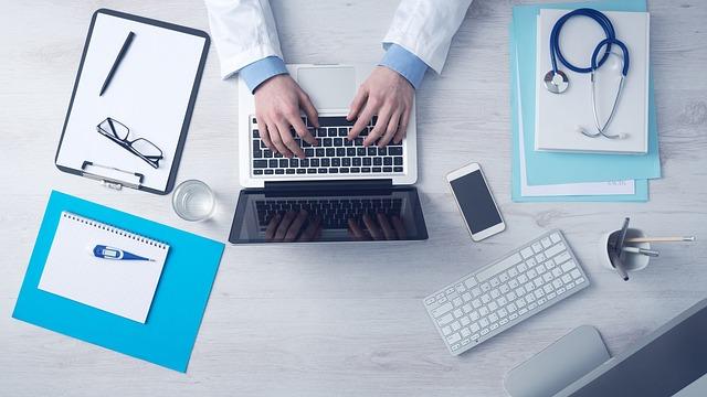 lékař píše zprávu.jpg
