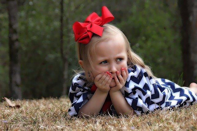 dívka s mašlí