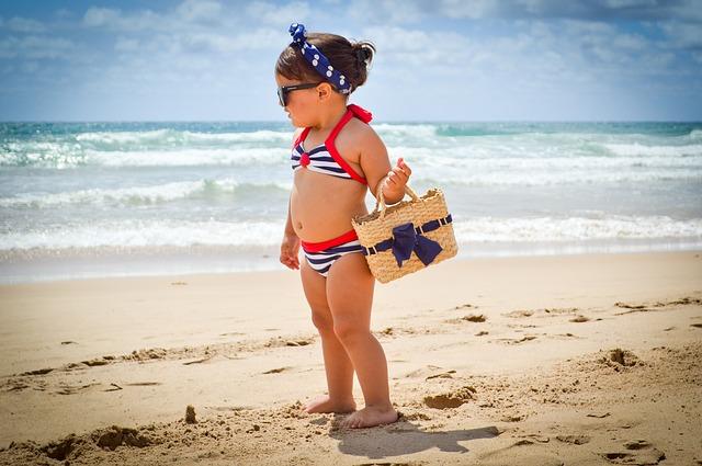 malá holčička na pláži