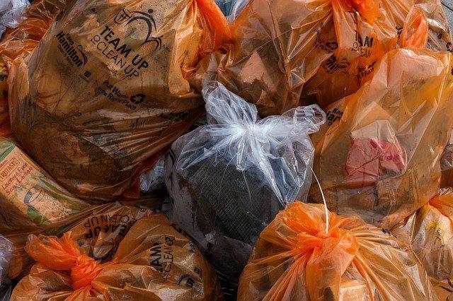 igelitové pytle s tříděným odpadem