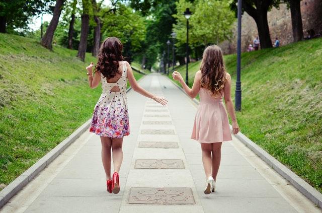holky v šatech, ulice, chodník