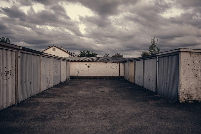 řada klasických venkovních garáží
