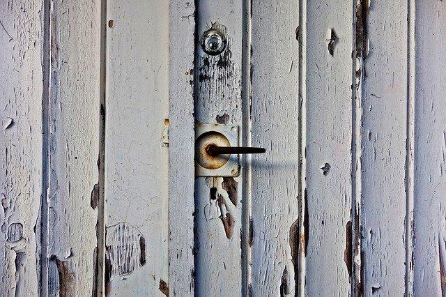 pohled zblízka na stará oprýskaná garážová vrata